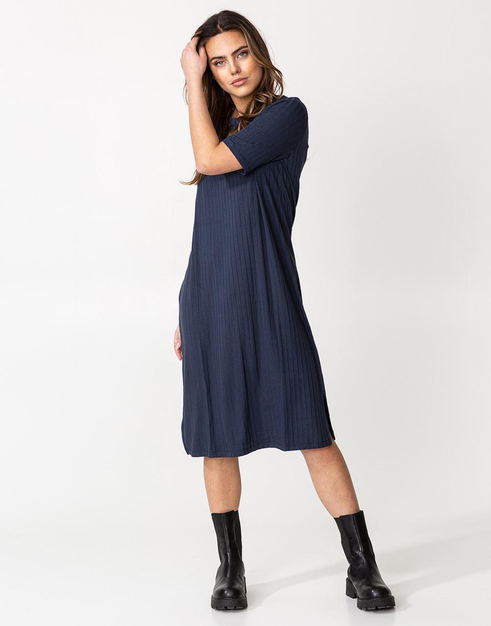 Ribbad kortärmad klänning